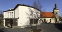 33_Kirchplatz mit Pfarrkirche und Kapelle