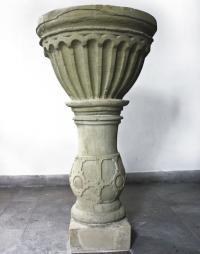 29_Alter Gerbrunner Taufstein aus dem frühen 17. Jahrhundert, entdeckt im alten Pfarrhaus. Restauriert hat er nun seinen Platz in der St. Nikolauskapelle gefunden.